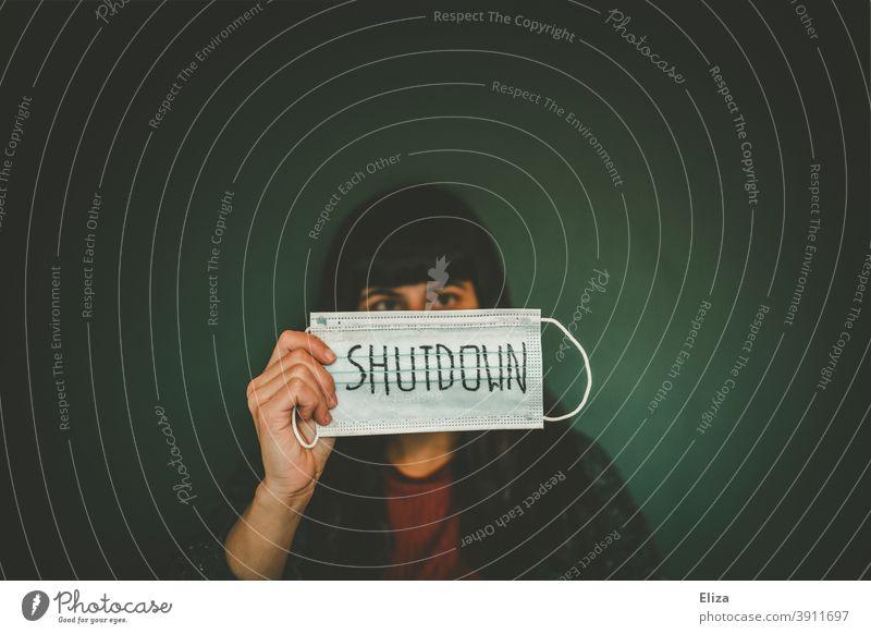 Frau hält Maske auf dem das Wort Shutdown geschrieben steht - Corona Thoughts lockdown Coronavirus Corona-Virus Lockdown geschlossen Prävention Wirtschaft Krise