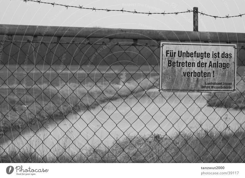 Betreten Verboten! Freiheit See Landschaft Zaun Stacheldraht