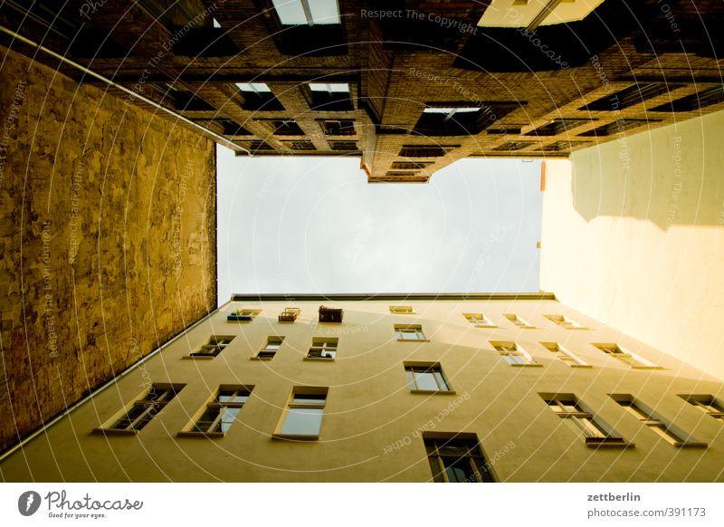 Hinterhaus Häusliches Leben Haus Stadt Hauptstadt Stadtzentrum Altstadt Bauwerk Gebäude Architektur Mauer Wand Fassade Fenster Perspektive eng Berlin hinterhaus
