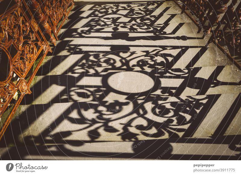 Schattenspiel eines Geländers auf einer Treppe Schattenwurf Treppengeländer Strukturen & Formen Muster Außenaufnahme Schattenseite Architektur abstrakt Linie