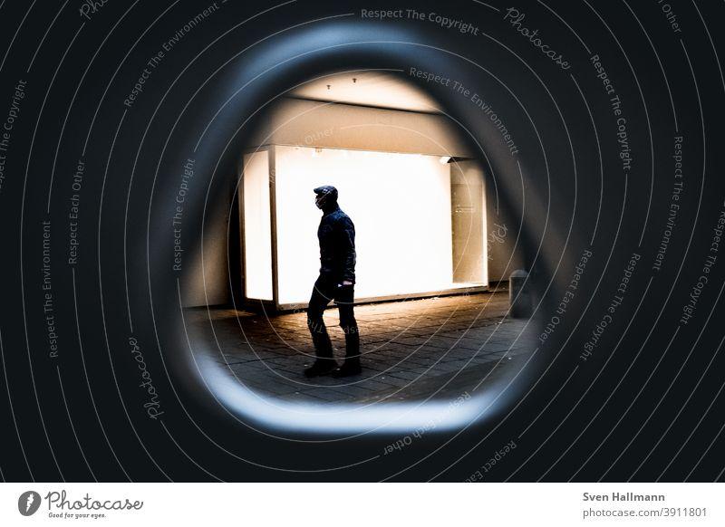 Männliche Silhouette geht durch Dreieck Gehen Streetphotography Mann gehen Mensch Spaziergang Außenaufnahme Schatten laufen Licht Fußgänger Wege & Pfade Straße