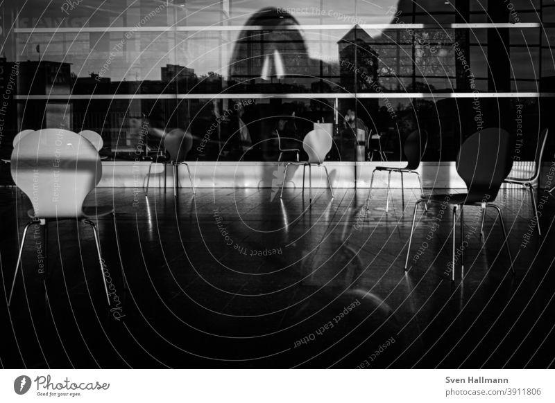 Stühle hinter Glasfront Reflexionen stühle Menschenleer Stuhl Sitzgelegenheit Möbel Tisch Gastronomie geschlossen Café Restaurant Straßencafé Außenaufnahme