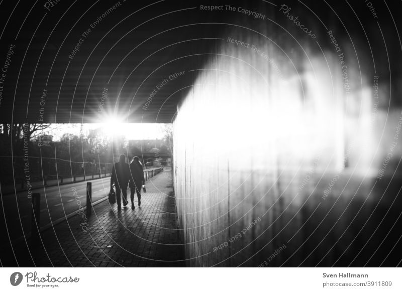 Silhouetten Paar geht durch Tunnel Richtung Sonne Menschen Mann Frau Romantik Liebe Verbundenheit Geborgenheit Sonnenlicht Sonnenstern Ehepaar Pärchen Glück