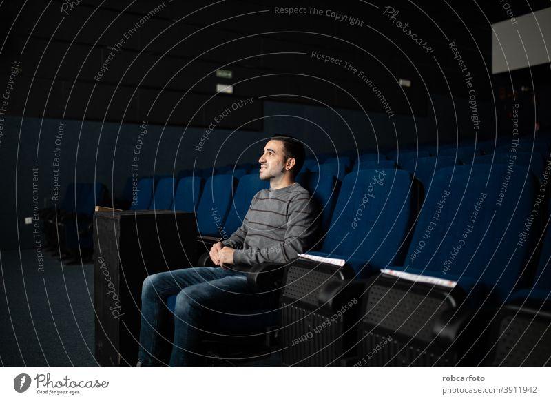 Mann allein schaut Film in leerem Kino Sitzen männlich Spaß Zuschauerin Person Multiplex Leistung Single Lifestyle Premiere Filmmaterial eine habend Publikum