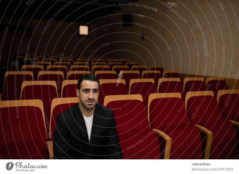 leerer Konferenz- oder Pressekonferenzraum Sitzen männlich Spaß Zuschauerin Person Multiplex Leistung Single Lifestyle Premiere Filmmaterial eine habend