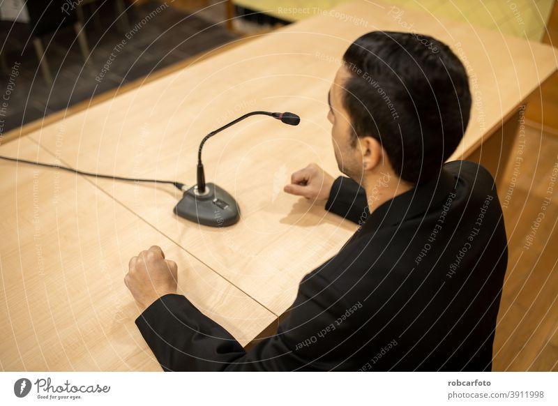 Mann gibt Konferenz oder Pressekonferenz zu erklären. Redner Rede Business Publikum Geschäftsmann Veranstaltung reden Öffentlich professionell Medien Seminar