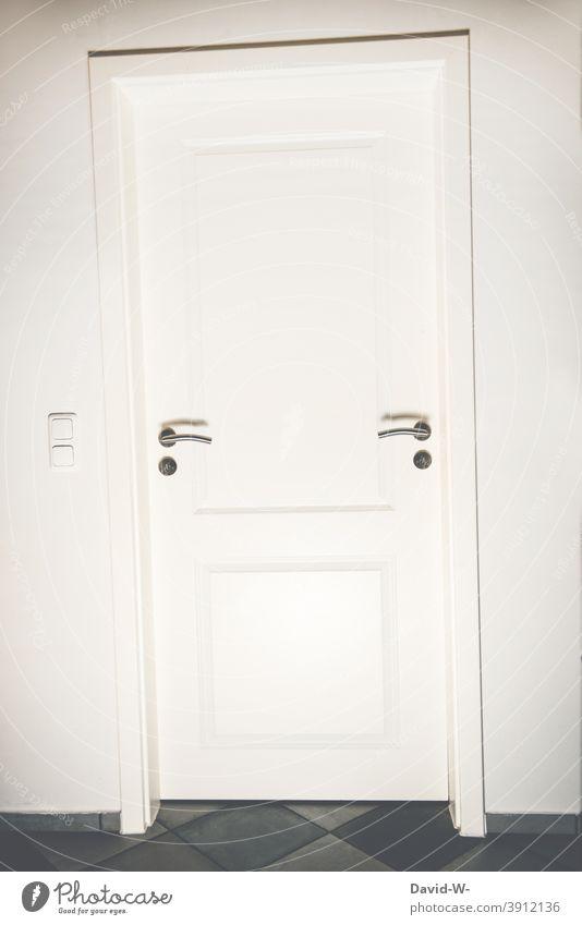 Linkshänder oder Rechtshänder / Tür mit zwei Türklinken Eingang Entscheidung Weg Ziel Entscheidungen kreativ lebensabschnitt Raum