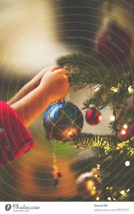 Kind schmückt den Weihnachtsbaum Weihnachten & Advent schmücken Christbaumkugel Vorfreude Baumschmuck Tradition Hand vorsichtig