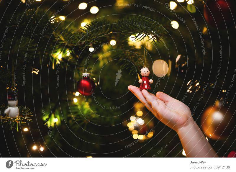 Kleines Kind und ein geschmückter Weihnachtsbaum Weihnachten & Advent Engel Christbaumschmuck Kindheitserinnerung vorfreude schön lieblich schmücken