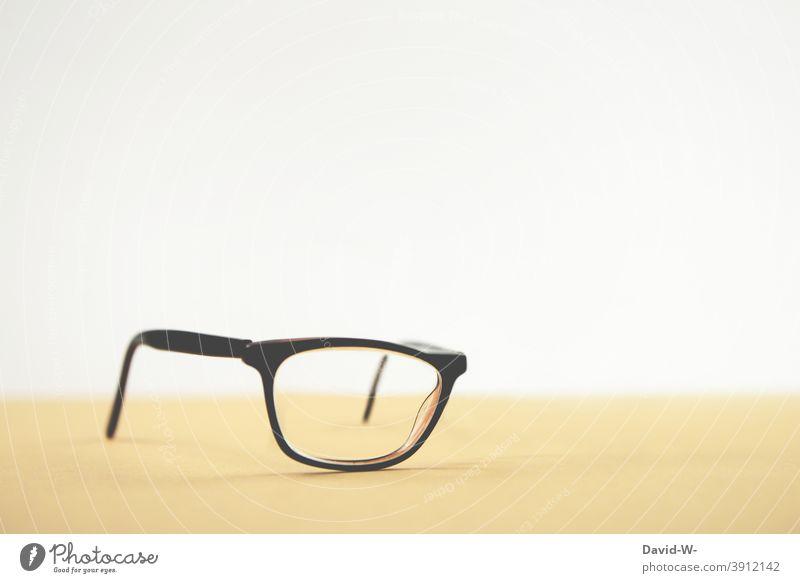 Optik - ganz schön einseitig einäugig blind Brille gehandicapt halbblind Sehvermögen Optiker besonders Brillenglas
