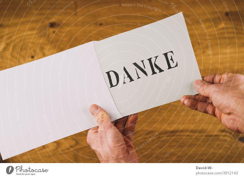 Briefumschlag mit dem Aufdruck Danke in den Händen halten danksagung danken wort Post Nachricht nettigkeit dankbar Dankeskarte danke schön Hand öffnen