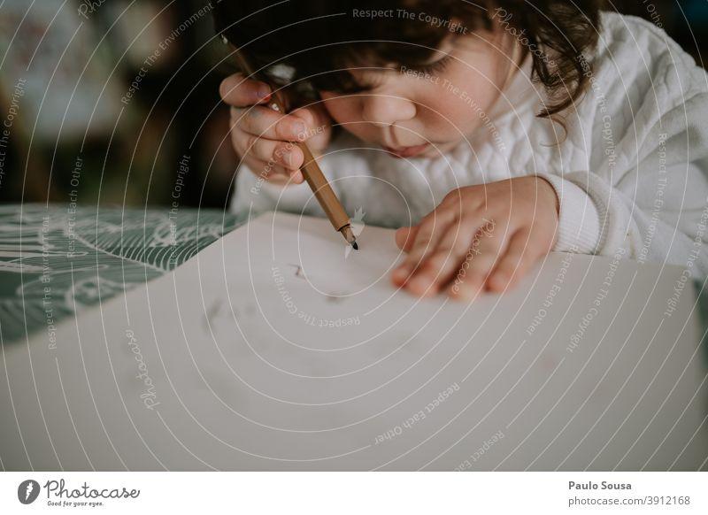 Niedliche Kinderzeichnung zu Hause Kreativität Kindergarten Freizeit & Hobby Fröhlichkeit Bildung zeichnen malen Spielen mehrfarbig Kunst Freude Farbfoto