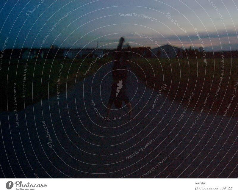Abenddämmerung im Feld Mann Freude Ferne Freiheit Wege & Pfade offen Feld geheimnisvoll Fußweg Abenddämmerung mystisch Handstand Übermut