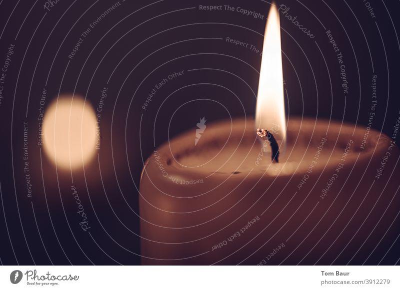 Ein Licht für viele Gelegenheiten - eine brennende Kerze Kerzenschein Flamme Romantik Weihnachten & Advent Kerzendocht Wachs Wärme Stimmung