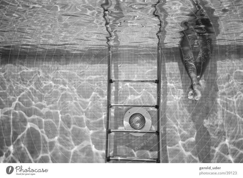 Ruhe am Pool Schwimmbad ruhig Sommer Mallorca Sport Fuß Wasser Schwarzweißfoto Fußbad Schwimmen & Baden