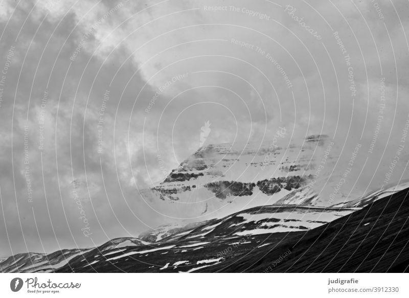Island, Berg mit Wolken Berge u. Gebirge Schneebedeckte Gipfel Klima Kälte Wetter Landschaft Menschenleer kalt Felsen natürlich Außenaufnahme Natur Umwelt Frost