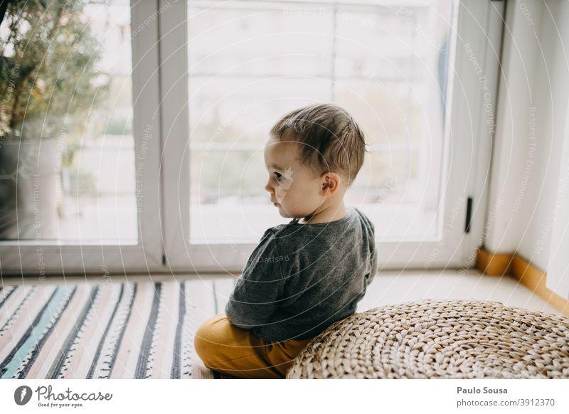 Kleinkind-Portrait Porträt Kind Kindheit Fenster niedlich authentisch Lifestyle zu Hause Spielen Mensch Fröhlichkeit Glück Leben Kaukasier