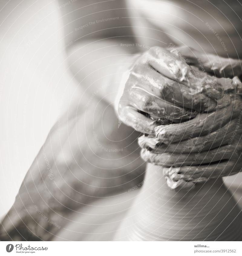Handarbeit und Tonkunst Töpfern Töpferscheibe Kunsthandwerk Töpferei Kreativität Geschicklichkeit Keramik gestalten Arbeit & Erwerbstätigkeit Kunsthandwerker