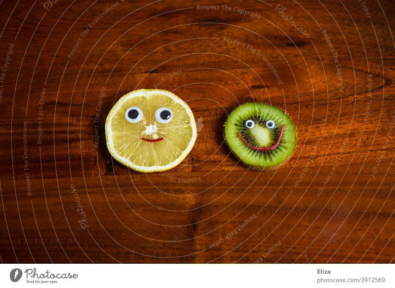 Gesundes Obst. Zitrone und Kiwi mit lachendem Gesicht. gesund positiv Gesunde Ernährung lecker Frucht Vegetarische Ernährung vegan Früchte Vitamine vitaminreich