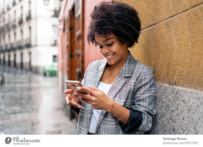 Hübsche Afro Frau mit Telefon Afro-Look Porträt schwarze Frau per Telefon Straße Stadtleben Funktelefon Smartphone benutzend Mitteilung Technik & Technologie