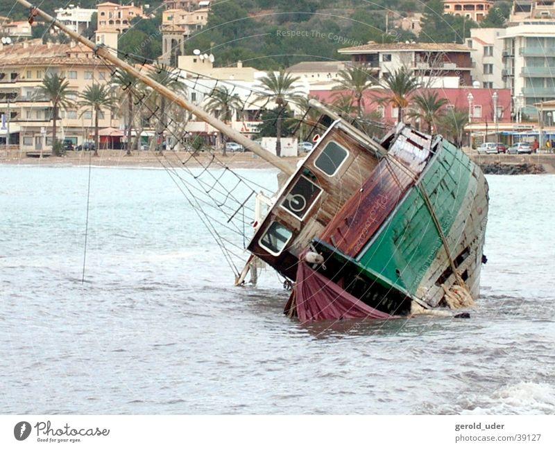 Wrack Wasserfahrzeug kaputt Meer Zerstörung Sturm Wellen Schiffswrack