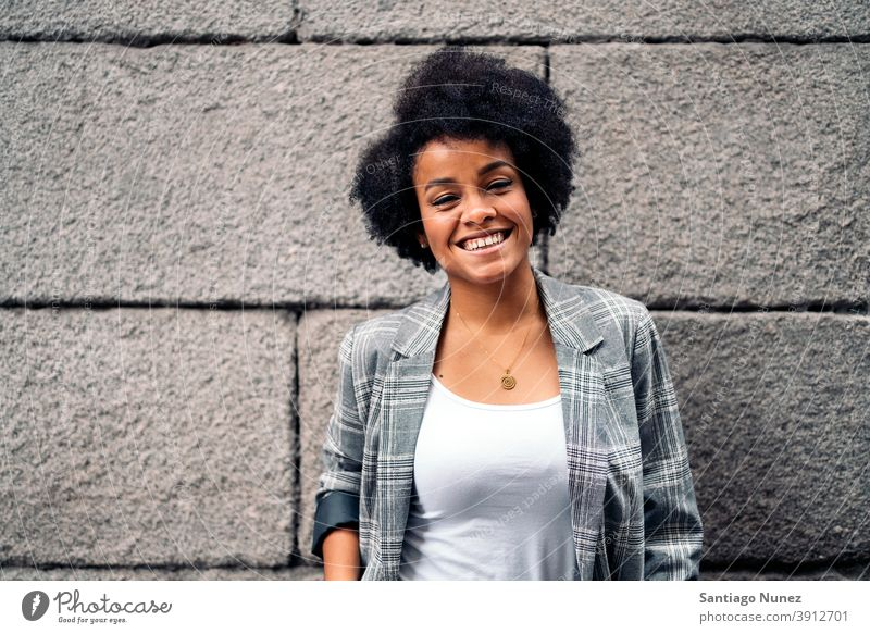 Afro Mädchen in Straße Porträt in die Kamera schauen Frau jung Afro-Mädchen Afroamerikaner schwarze Frau Lächeln Ausdruck Vorderansicht eine Person Afro-Look