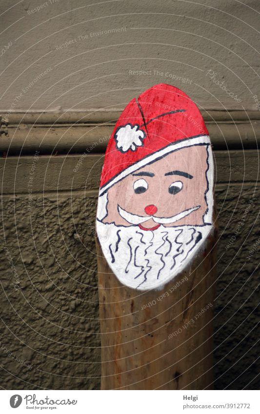 hohoho ... Frohe Weihnachten! Advent Weihnachtsmann Nikolaus Dekoration Baumstamm bemalt kreativ Kreativität gestaltet Hauswand draußen Weihnachten & Advent