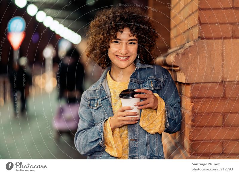Junges Mädchen mit kurzen Haaren Portrait Tasse Kaffee krause Haare Kaukasier Porträt in die Kamera schauen Lächeln Straße Frau jung Ausdruck Vorderansicht