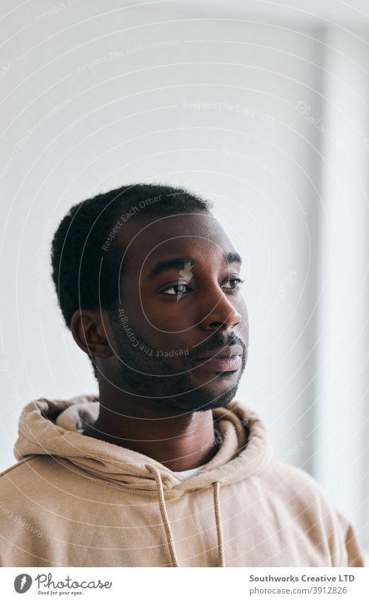 Porträt des unglücklichen jungen Mannes mit psychischen Problemen zu Hause traurig deprimiert Depression Angst Anspannung psychische Gesundheit Wohlbefinden