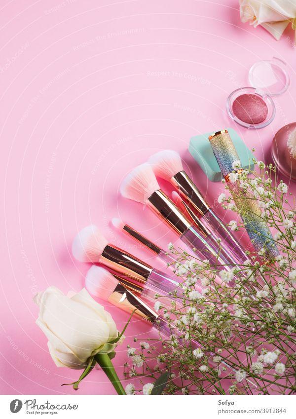 Glänzende Make-up-Produkte und Accessoires auf Rosa machen nach oben Hintergrund Kosmetik Schönheit Bürste rosa Künstler Reichtum flach legen Farbe Kulisse