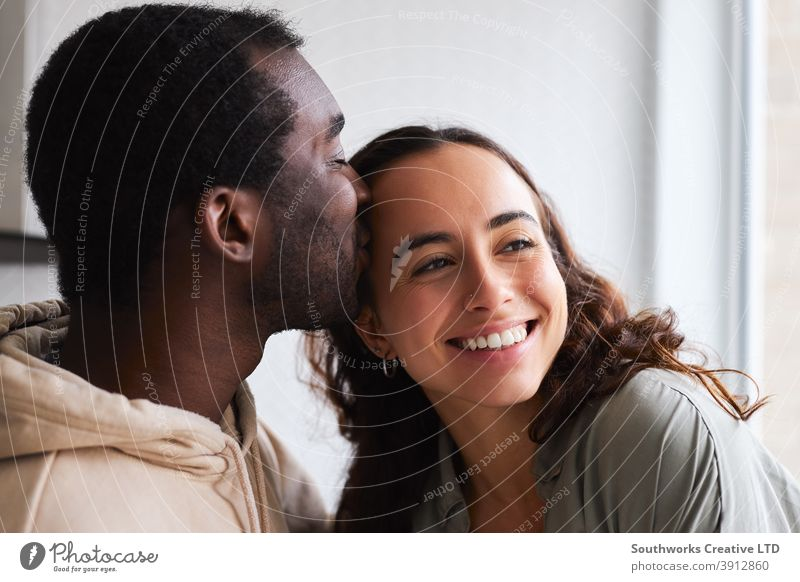 Loving Young Couple Hugging And Kissing At Home Standing In Kitchen Together Paar junges Paar zu Hause liebevoll Liebe verliebt umarmend Stehen Küche Kuss