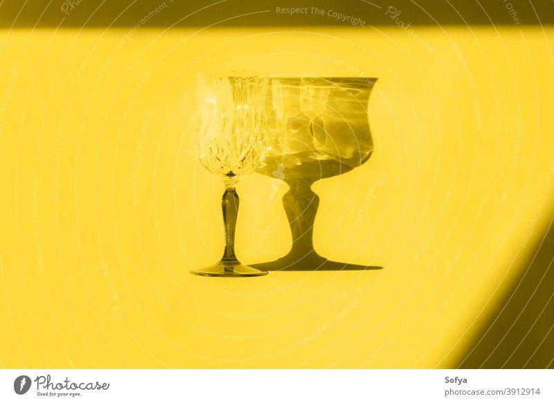 Beleuchteter gelber Flachleger mit Glas und Schatten grau Farbe lichtvoll Jahr endgültig stammten Monochrom sehr wenige flache Verlegung trinken Neujahr Design