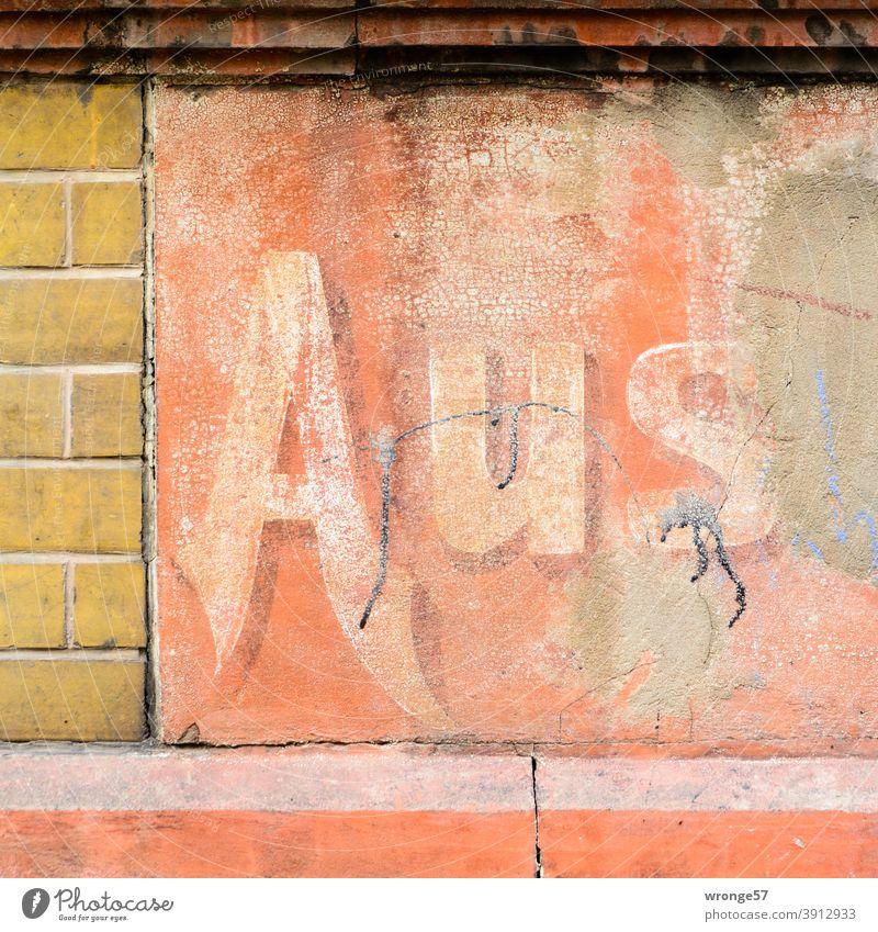 Aus | übrig gebliebener Teil einer Werbung an einer Gebäudefassade Wortteil Silbe Wortsilbe Fassaden Fassadenwerbung Geschäft Ladengeschäft Übriggeblieben alt