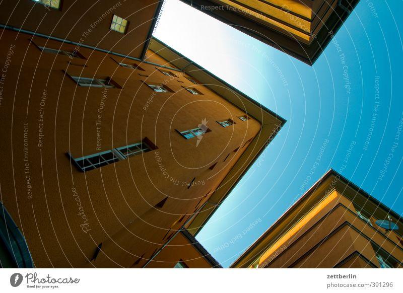 Hinterhaus Haus Stadt Hauptstadt Stadtzentrum Bauwerk Gebäude Architektur Mauer Wand Fassade Fenster gut schön Berlin Regenbogen wallroth wohnhaus Dach