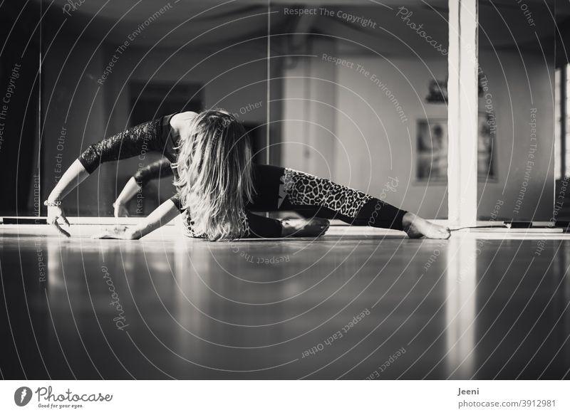 Tanztraining einer Frau im Tanzstudio | Spiegelbild im Hintergrund in schwarzweiß junge Frau Gymnastik Tanzen Erholung feminin Sonne Silhouette Licht