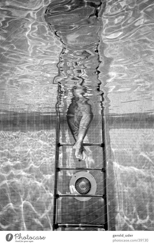 Füsse im Wasser Schwimmbad Unterwasseraufnahme Frau Sommer Fuß Treppe Schwarzweißfoto Schwimmen & Baden