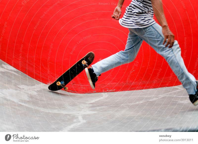 Skateboarder im Skatepark Schuhe Beine rot Jugendliche Teenager urban im Freien Hintergrund Skater Lifestyle Freizeit Gesundheit Gerät Aktivität Skateboarderin