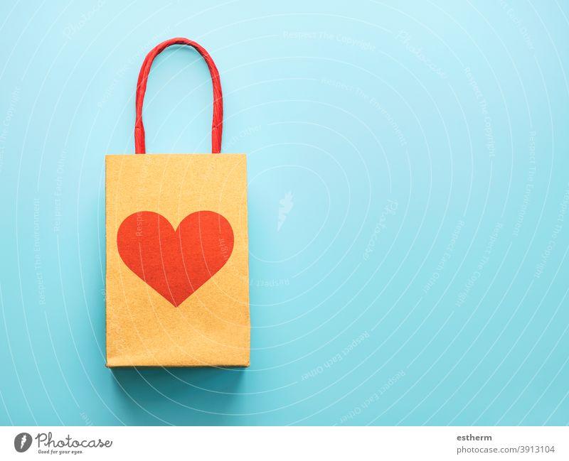 Happy Valentinstag.Einkaufstasche mit einem roten Herz.Valentinstag Konzept Kunde Merchandise copyspace Liebe Sale Tasche Shopping-Konzept Geschenkbeutel