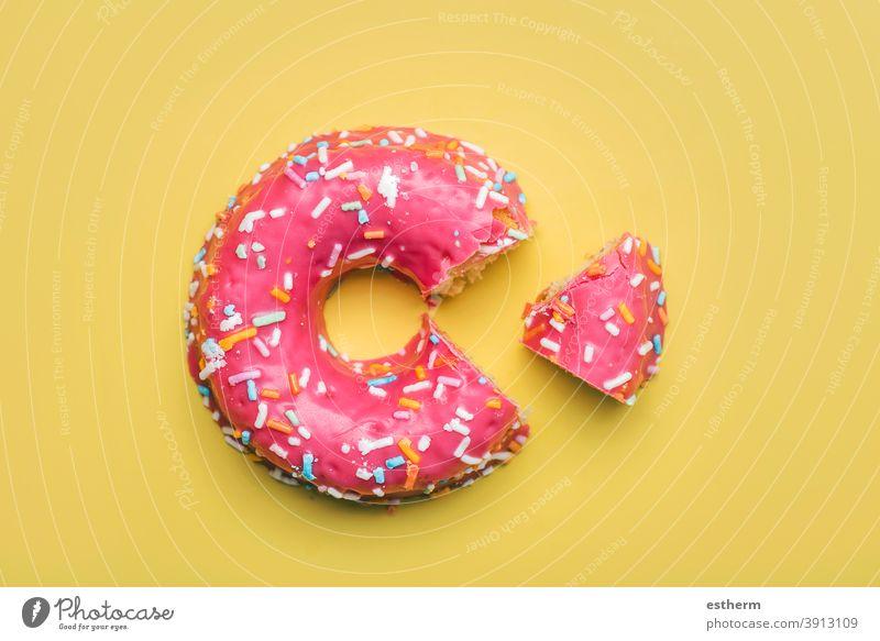 rosa Donut mit Zuckerguss auf gelbem Hintergrund Ernährung schnell Gebäckstück glasierte Donuts Keks Geschmack Versuchung Bonbon Süße Lebensmittel mehrfarbig