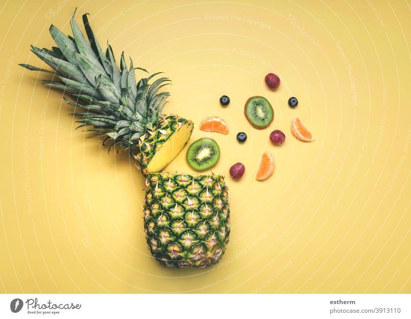 Ananas mit verschiedenen Früchten, Orangen, Kiwis, Weintrauben und Heidelbeeren kiwis Trauben Blaubeeren Diät Bestandteil Öko natürlich ökologisch Lebensmittel