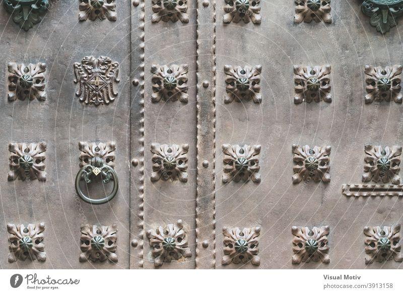 Nahaufnahme einer alten Eisentür mit Ziernägeln Tür Vorderseite Architektur Detailaufnahme abstrakt gealtert urban bügeln ornamental Hintergrund Türklopfer