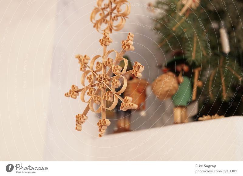 Span -Stern im Hintergrund Tanne und Nussknacker Spanstern Weihnachtsdekoration Weihnachten Weihnachtsbaum Feste & Feiern Weihnachten & Advent Tradition