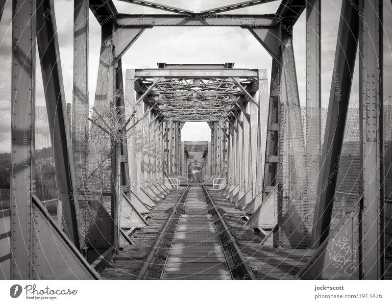 2600 Streckenkilometer Architektur Verkehrswege Eisenbahnbrücke Symmetrie Sonnenlicht Strukturen & Formen Grenzgebiet Kulturdenkmal lost places Vergangenheit