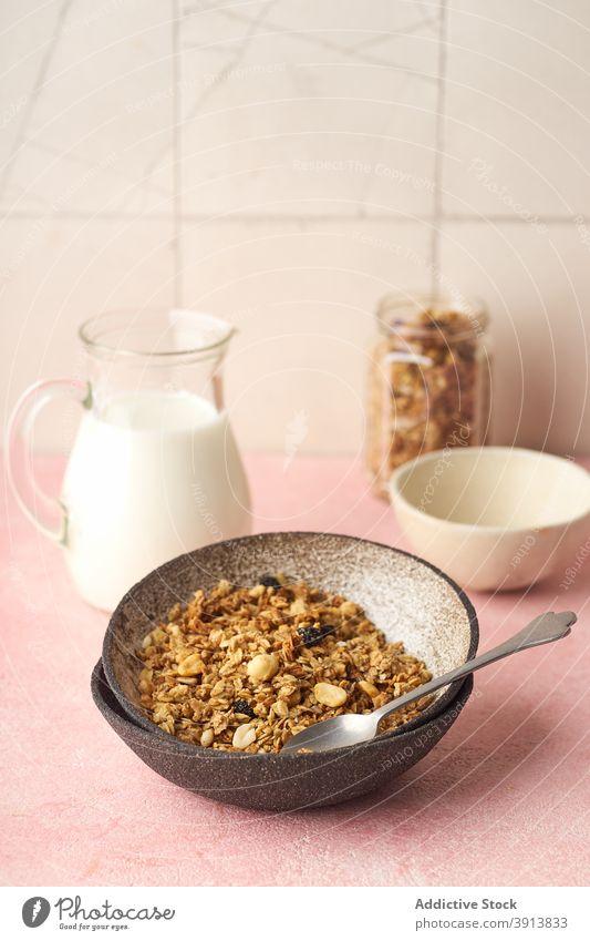 Frühstück mit Müsli und Milch Lebensmittel Gesundheit organisch Frucht Beeren Schalen & Schüsseln Korn Diät Schuppen Snack Joghurt melken frisch natürlich süß