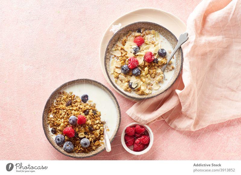 Frühstück mit Müsli, Beeren und Milch Lebensmittel Gesundheit organisch Frucht Schalen & Schüsseln Korn Diät Schuppen Snack Joghurt melken frisch natürlich süß