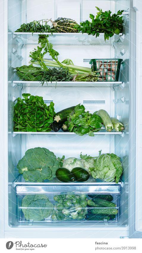 Grünes Gemüse und Grünzeug im offenen Kühlschrank offener Kühlschrank voller Kühlschrank Lebensmittel grün frisch Diät Gefrierfach Küche kalt heimisch Frische