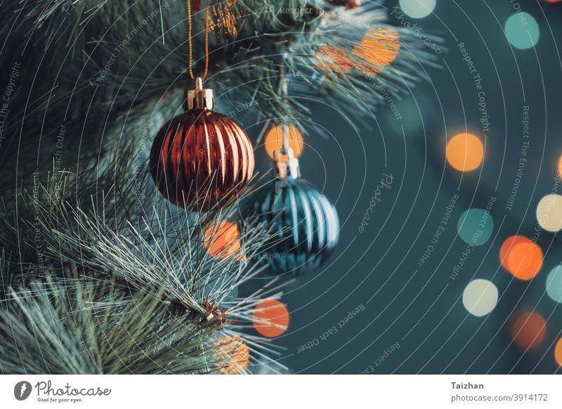 Weihnachtskugeln und verschwommene Lichter am Baum. Weihnachten fröhlich saisonbedingt Feier Weihnachtshintergrund Zapfen Dekoration & Verzierung dekorativ