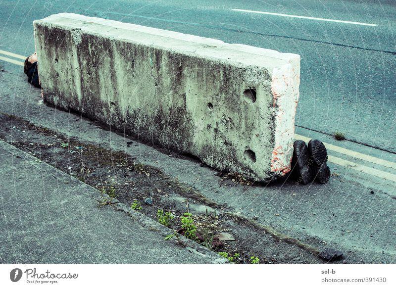 dport | Fußweg maskulin Junger Mann Jugendliche Erwachsene 1 Mensch 18-30 Jahre 30-45 Jahre Schuhe Stiefel blau grau Beton Betonklotz Straßenbelag Bürgersteig