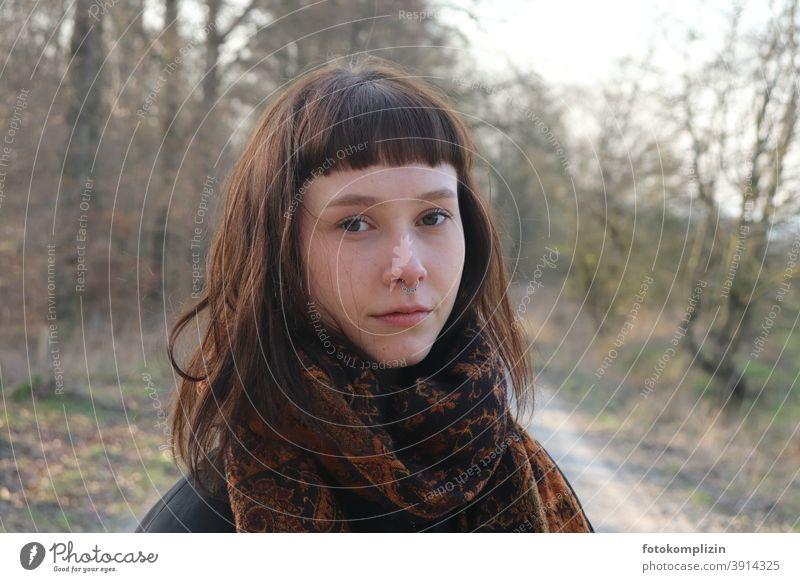 Porträt einer jungen schönen Frau mit Schal in der Natur wehmütig nachdenklich Nasenring ernst mona lisa nachdenken hübsch lange Haare hübsche frau junge Frau