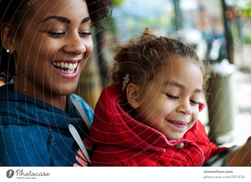 Familie Mensch Mädchen Freude Erwachsene Liebe Leben Glück Familie & Verwandtschaft Zusammensein Kindheit Fröhlichkeit Warmherzigkeit Sicherheit Schutz